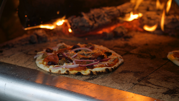 pizza-cuite-au-feu-de-bois-camping-aydat